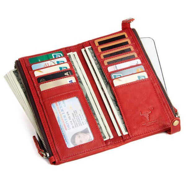 Foto de billetera larga clásica con doble cierre y broches de cuero natural en color rojo mostrando su capacidad de almacenamiento modelo solo para mujer