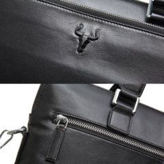 Foto de maletín clásico urbano ejecutivo de cuero natural mostrando detalles de logo y cierre posterior en color negro