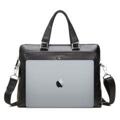 Foto de maletín clásico urbano ejecutivo de cuero natural mostrando referencia de tamaño en color negro
