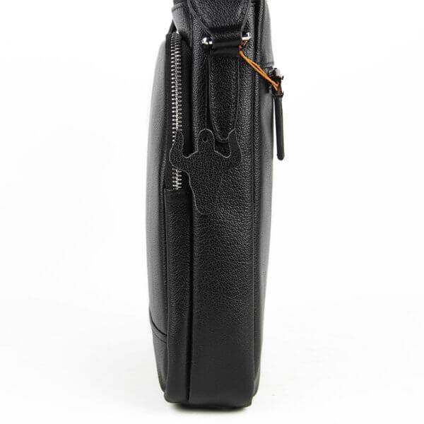 Foto de morral vertical clásico urbano ejecutivo de cuero natural mostrando una vista lateral en color negro