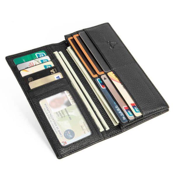 Foto de detalle lateral que muestra la capacidad de la billetera plegable larga con cierre hecha de cuero genuino