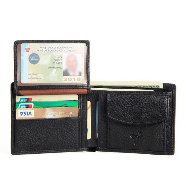 Foto de billetera clásica con monedero de cuero natural mostrando su vista de tarjetero deslizable en color negro