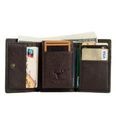 Foto de billetera clásica trifold de cuero natural mostrando su vista de capacidad frontal en color café