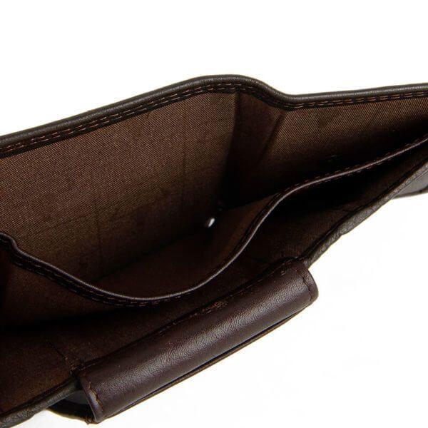 Foto de billetera clásica trifold de cuero natural mostrando bolsillo para almacenar billetes en color café