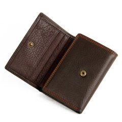 Foto de billetera clásica trifold de cuero natural mostrando su broche principal en color café