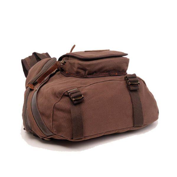Foto de mochila crossbody vintage de lona y cuero mostrando su vista inferior en color café