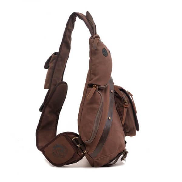 Foto de mochila crossbody vintage de lona y cuero mostrando su vista lateral en color café