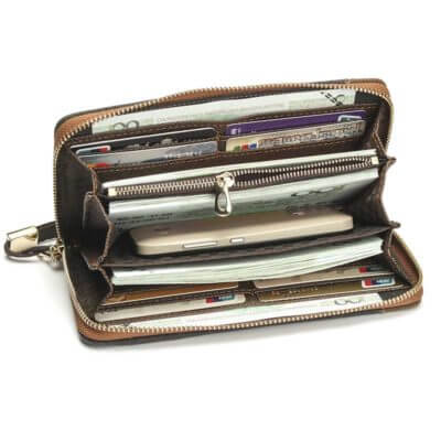 Foto de billetera larga casual con cierre y monedero de lona canvas mostrando su vista interior con su capacidad de almacenamiento