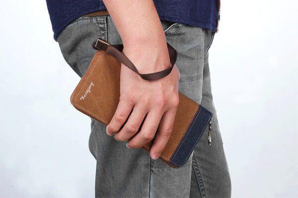 Foto de billetera larga casual con cierre y monedero de lona canvas usada por un modelo
