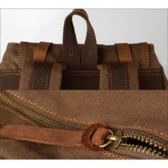 Foto donde se muestra la agarradera y cierre de mochila vintage urbana de lona y cuero en color café