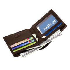 Foto de billetera clásica bifold de cuero natural mostrando su capacidad de almacenamiento en color marrón