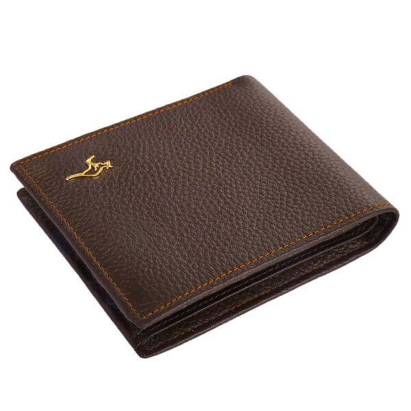 Foto de billetera clásica bifold de cuero natural mostrando su angulo superior en color marrón