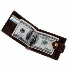 Foto de billetera clip con broche y cierre de cuero natural mostrando su capacidad de billetes en color café