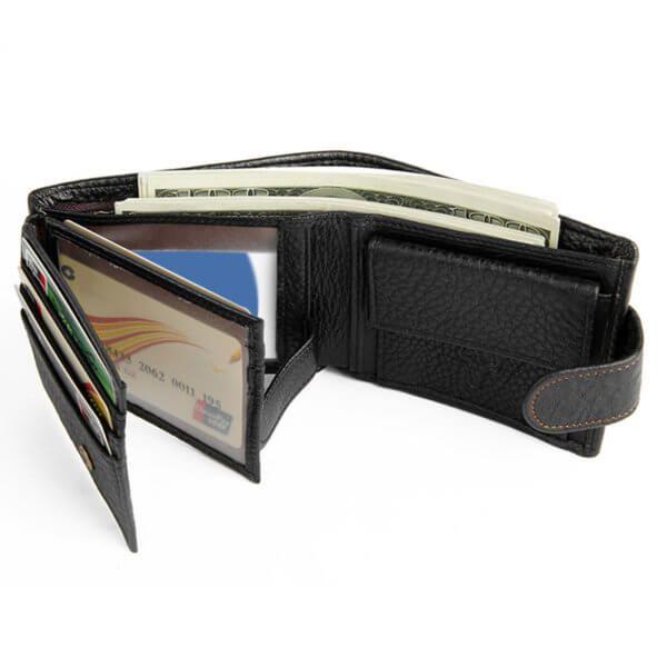 Foto de billetera horizontal clásica con broche y monedero de cuero natural mostrando capacidad de bolsillos en color negro