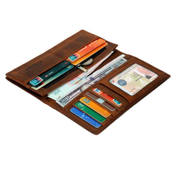 Foto de billetera larga vintage bifold de cuero natural mostrando su capacidad de almacenamiento en color marrón