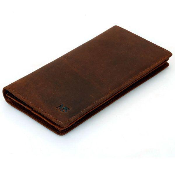 Foto de billetera larga vintage bifold de cuero natural mostrando su vista diagonal en color marrón