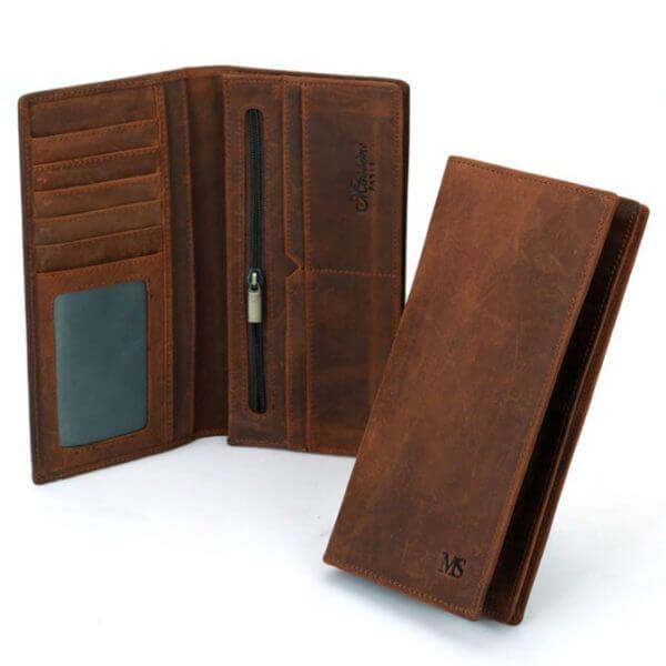 Foto de presentación de billetera larga vintage bifold de cuero natural en color marrón