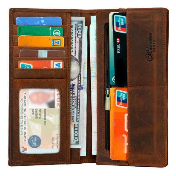 Foto de billetera larga vintage bifold de cuero natural mostrando su vista frontal y su máxima capacidad