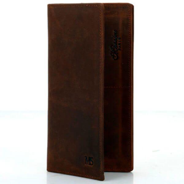 Foto de billetera larga vintage bifold de cuero natural mostrando la aperturas de sus capas en color marrón