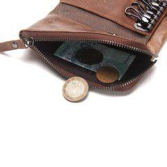 Foto de billetera portallaves de cuero genuino mostrando espacio de monedero