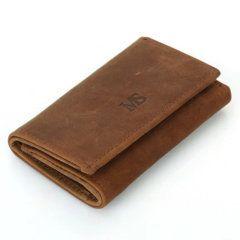 Foto donde se aprecia una vista diagonal de la billetera portallaves, estilo vintage y minimalista, hecha de cuero natural en color marrón