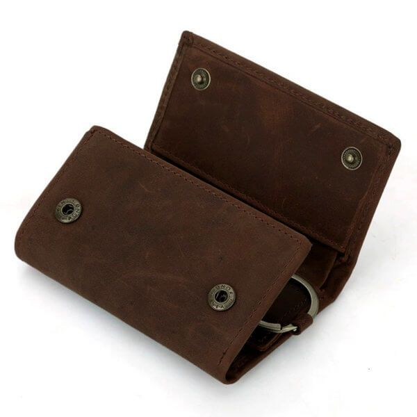Foto que muestra los broches de la billetera portallaves, estilo vintage y minimalista, hecha de cuero natural en color café