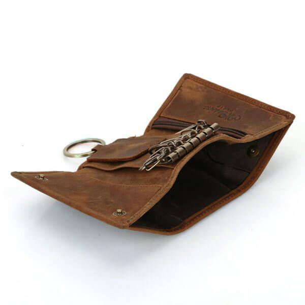 Foto donde se aprecia el bolsillo para billetes de la billetera portallaves vintage minimalista de cuero natural color marrón