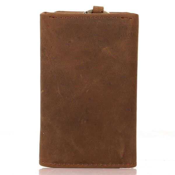 Foto donde se aprecia la billetera portallaves vintage minimalista de cuero natural, vista desde la parte posterior en color marrón