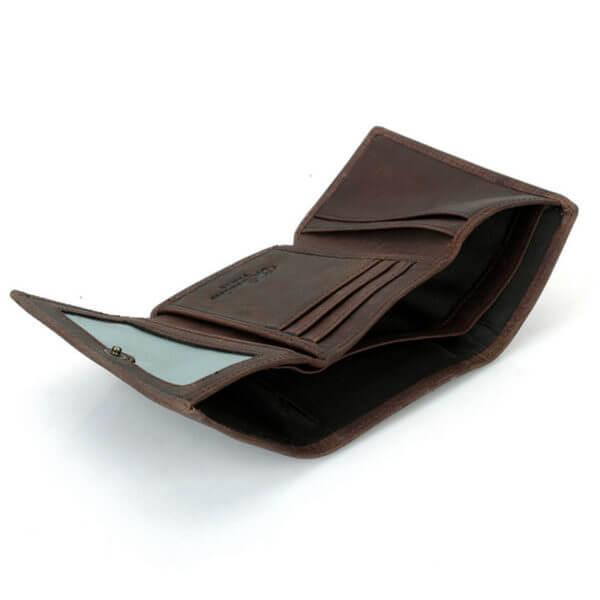 Foto de billetera trifold vintage de cuero natural mostrando la vista de bolsillos y tarjeteros en color café