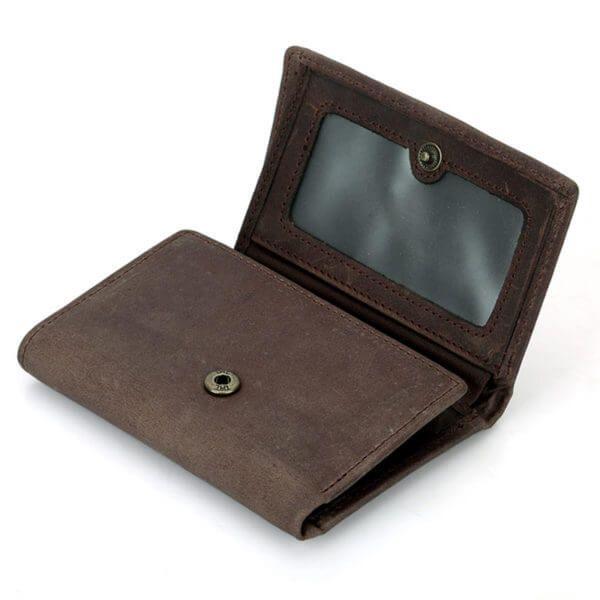 Foto de billetera trifold vintage de cuero natural mostrando vista de broche y bolsillo para ID en color café