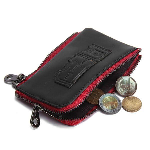 Foto de billetera vertical casual con broche de cuero natural color negro mostrando su monedero extraible con tres modedas