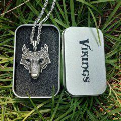 Foto de collar fenrir amuleto de lobo vikingo mostrando su caja de metal en color plata