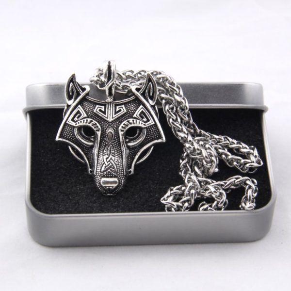 Foto de presentación de collar fenrir amuleto de lobo vikingo en color plata