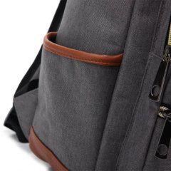 Foto de mochila universitaria vintage casual oxford mostrando su bolsillo lateral izquierdo en color gris