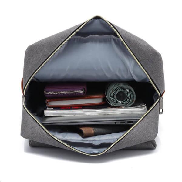 Foto de mochila vintage urbana de oxford mostrando la capacidad del bolsillo principal en color gris