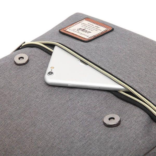 Foto de mochila vintage urbana de oxford mostrando vista de su cierre inferior en color gris