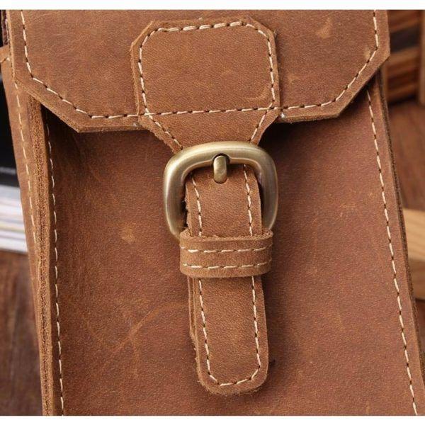 Foto de portacelular para cinturón de cuero natural mostrando la vista de broche en color marrón