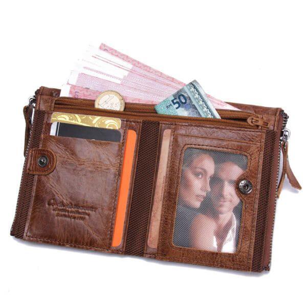 Foto de billetera doble cierre con monedero de cuero natural mostrando su vista de capacidad de almacenamiento en color marrón