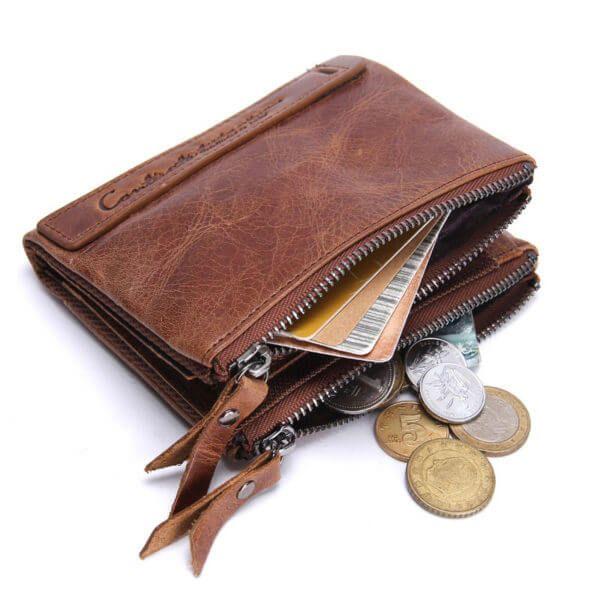 Foto de billetera con monedero de cuero natural mostrando sus doble cierres con su capacidad en su interior (monedas y cupones) en color marrón