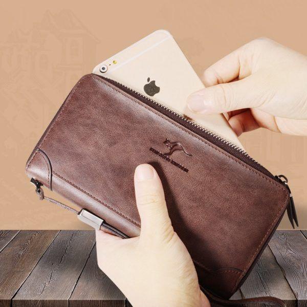 Foto de billetera larga casual con cierre de cuero natural mostrando una referencia de tamaño en color café