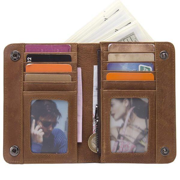 Foto de billetera de broches con monedero de cuero natural mostrando su vista frontal con su capacidad de almacenamiento