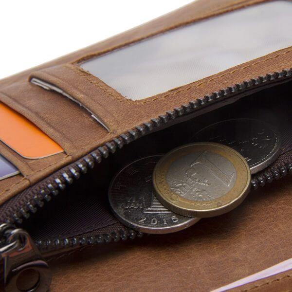 Foto de billetera de broches de cuero natural mostrando su monedero y su capacidad de almacenamiento
