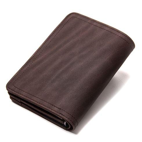 Foto de la billetera para hombres, con broches ,monedero y tarjetero, hecha de cuero genuino, en color café, vista de espalda.