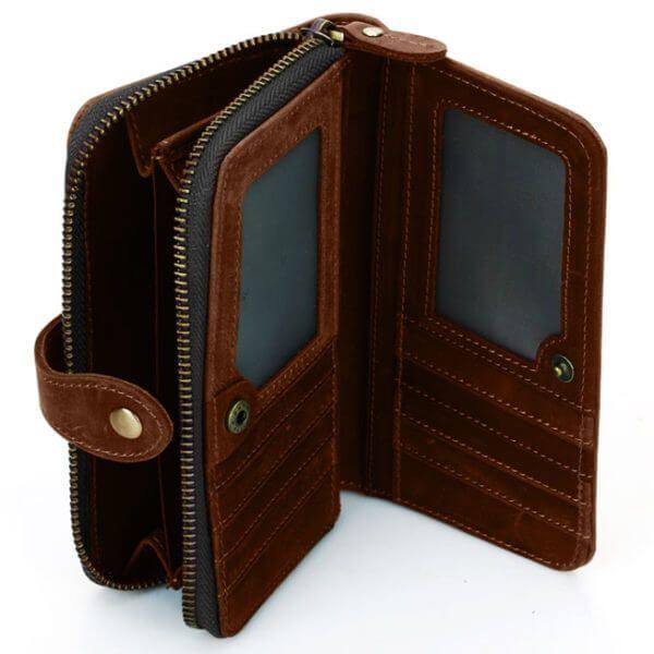 Foto de billetera portacelular vintage con broche y cierre de cuero natural mostrando su vista interior en color marrón