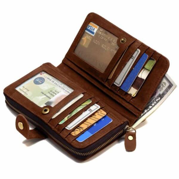 Foto de billetera portacelular vintage con broche y cierre de cuero natural donde se muestra su capacidad de almacenamiento en color marrón