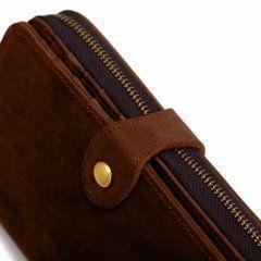 Foto de billetera portacelular vintage con broche y cierre de cuero natural donde se muestra la vista de su cierre y broche principal en color marrón