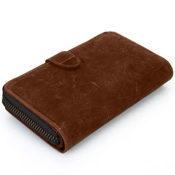 Foto de billetera portacelular vintage con broche y cierre de cuero natural donde se aprecia su vista posterior diagonal color marrón
