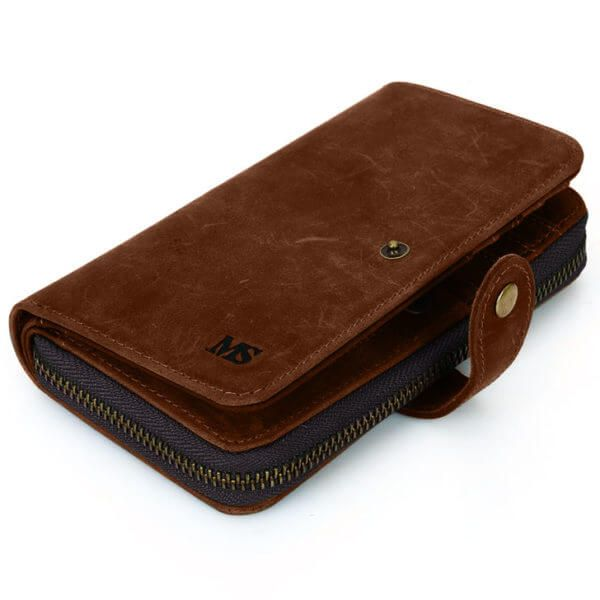 Foto de billetera portacelular vintage con broche y cierre de cuero natural mostrando su vista diagonal en color marrón