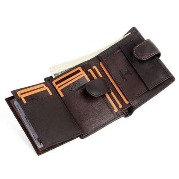 Foto que muestra la vista de capacidad de tarjetas de billetera vertical clásica con broche y monedero de cuero natural color café