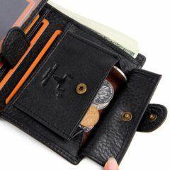Foto de billetera vertical clásica con broche y monedero de cuero natural mostrando su capacidad almacenamiento para monedas en color negro